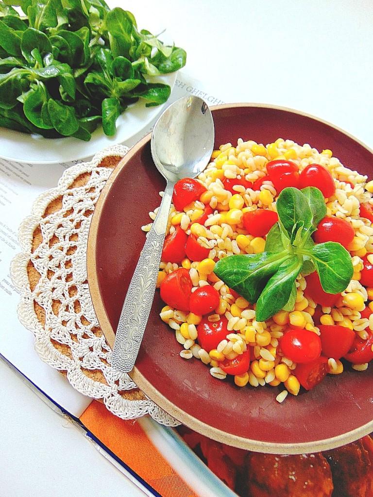 Salade croquante de maïs, blé et tomates cerises.
