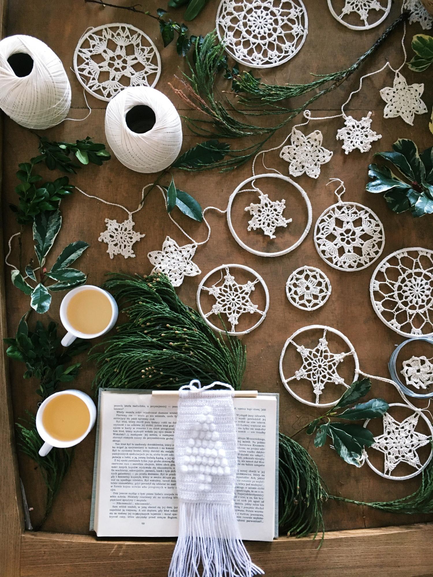 Un tapis Kilim au crochet avec un motif de sapin de Noël à accrocher sur le sapin de Noël